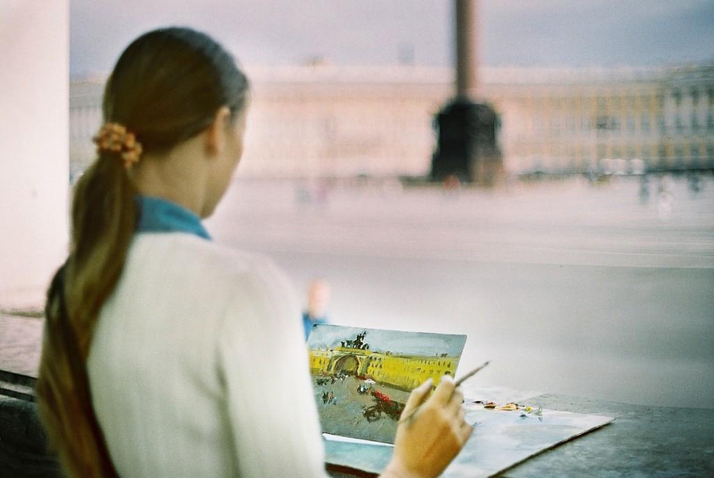 Młoda artystka przed Pałacem Zimowym