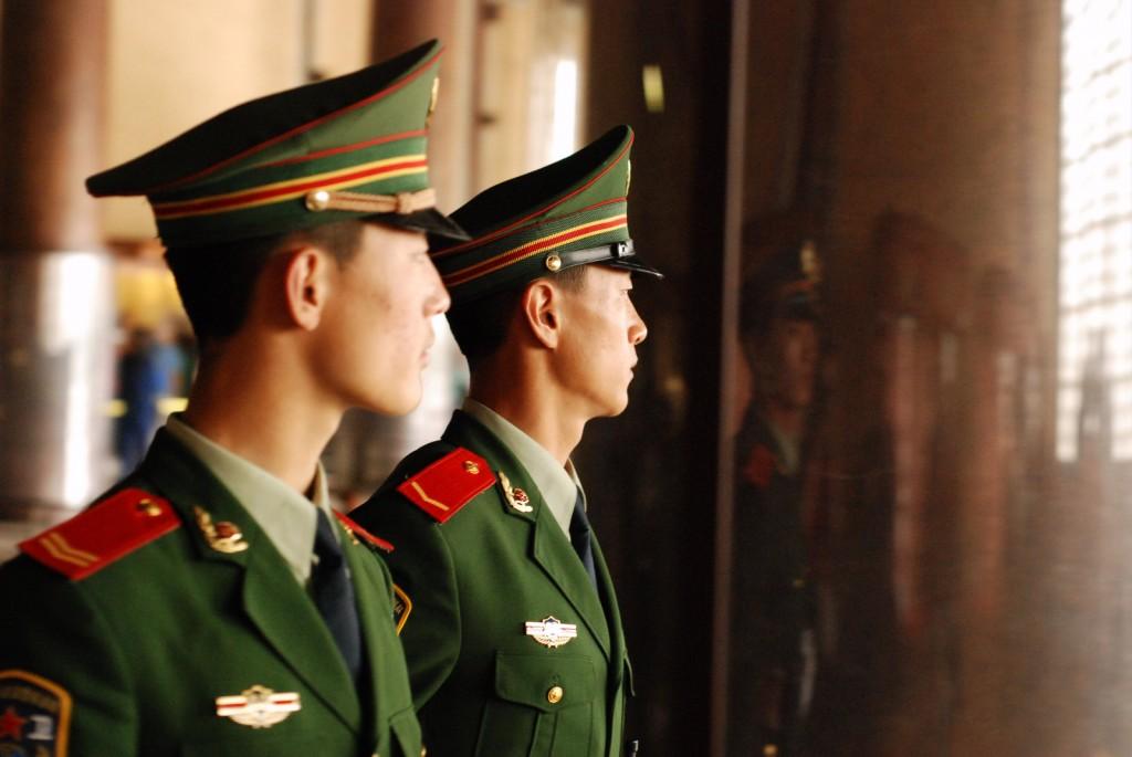 """Ich """"dzielni żołnierze uśmiechnięci i młodzi, trzymają straż"""" w miejscach dla turystów"""
