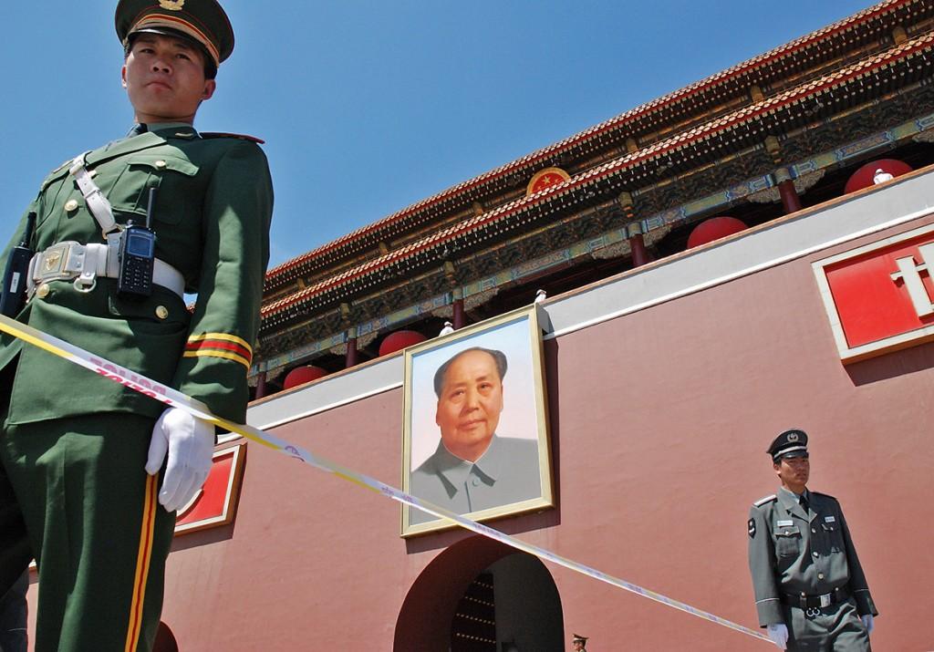 Wejścia do Zakazanego Miasta strzegą żołnierze i Mao