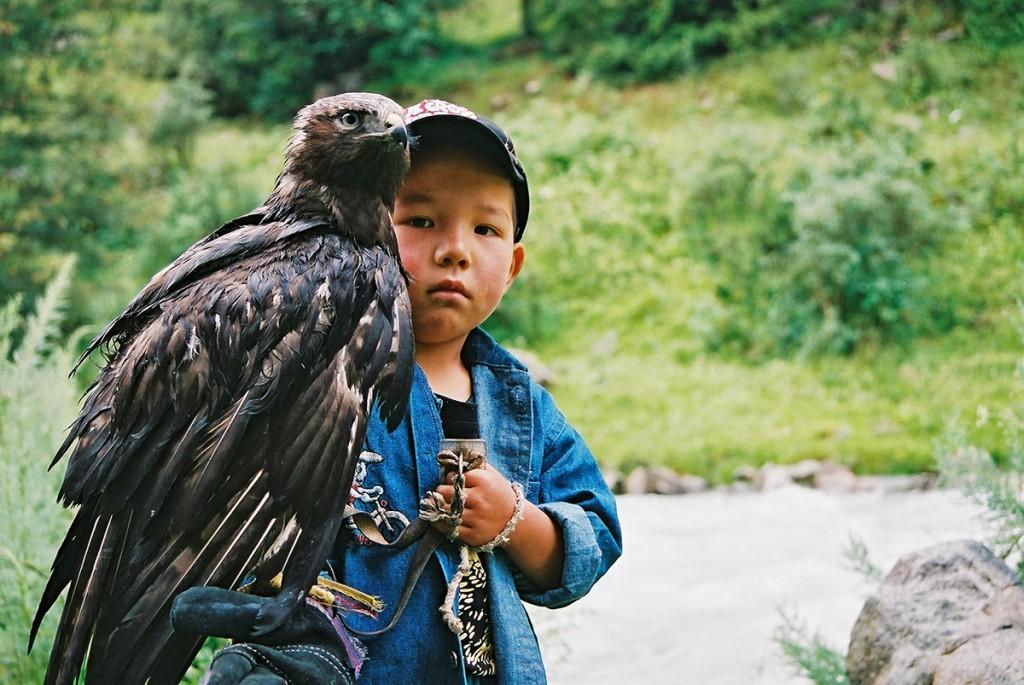 Młody Kirgiz z sokołem