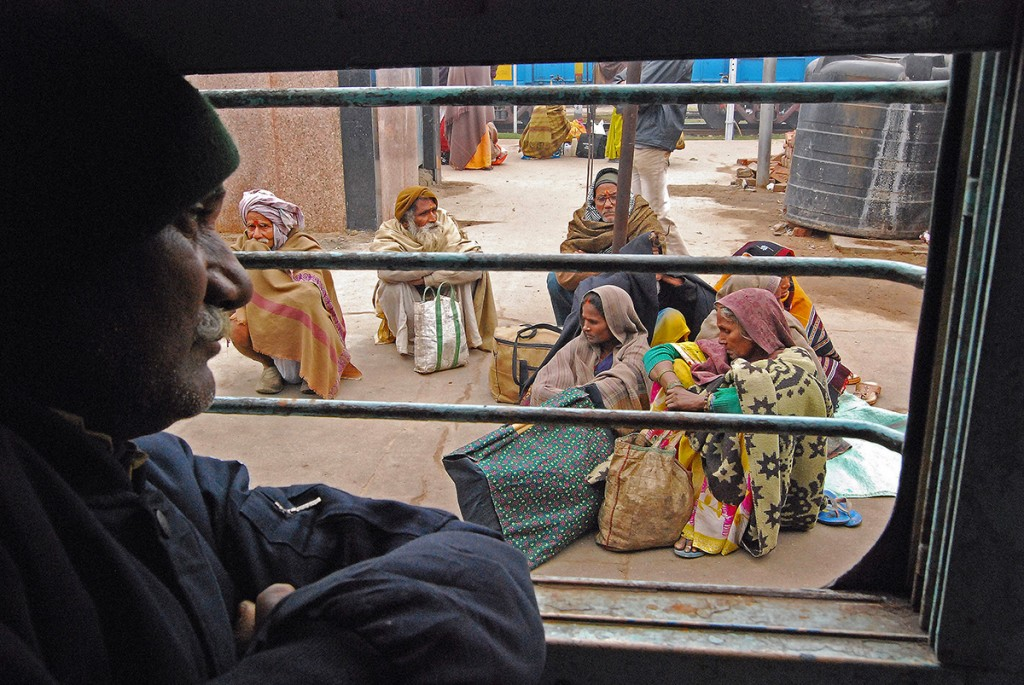 Oglądanie zewnętrznego świata przez kraty dodatkowo pogłębia depresję podróżnych