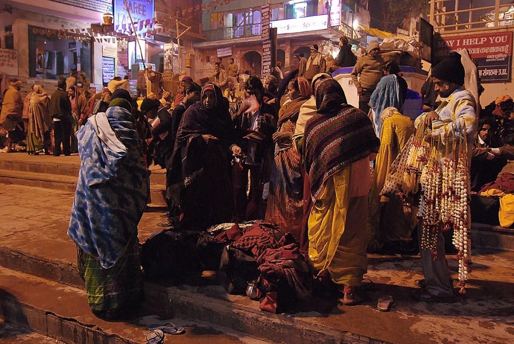 Na schodach prowadzących do Gangesu ludzie śpią, handlują, modlą się, myją.