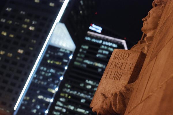 Lenin czuwa we dnie i w nocy