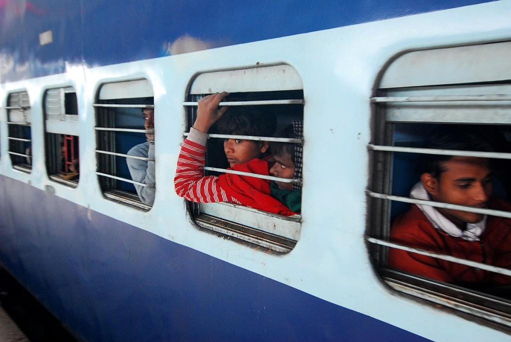 W trosce o bezpieczeństwo wsiadających w Indiach tylko jedno okienko na wagon jest otwarte :)